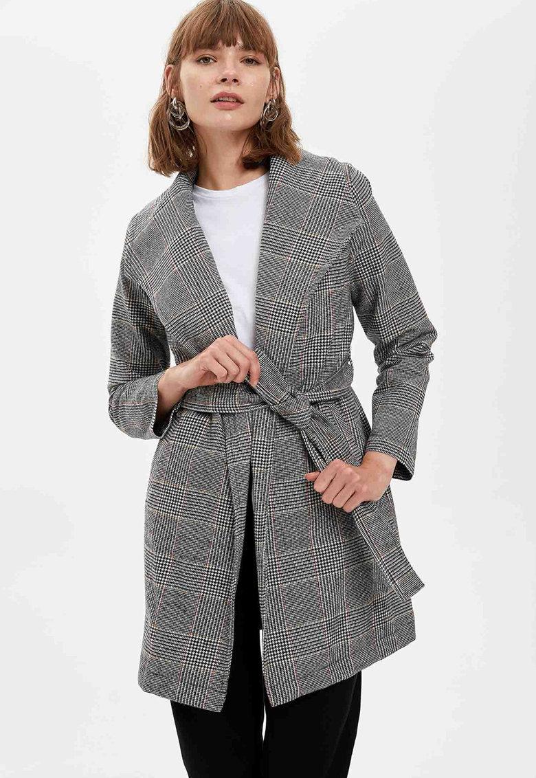 Palton cu model in carouri si cordon