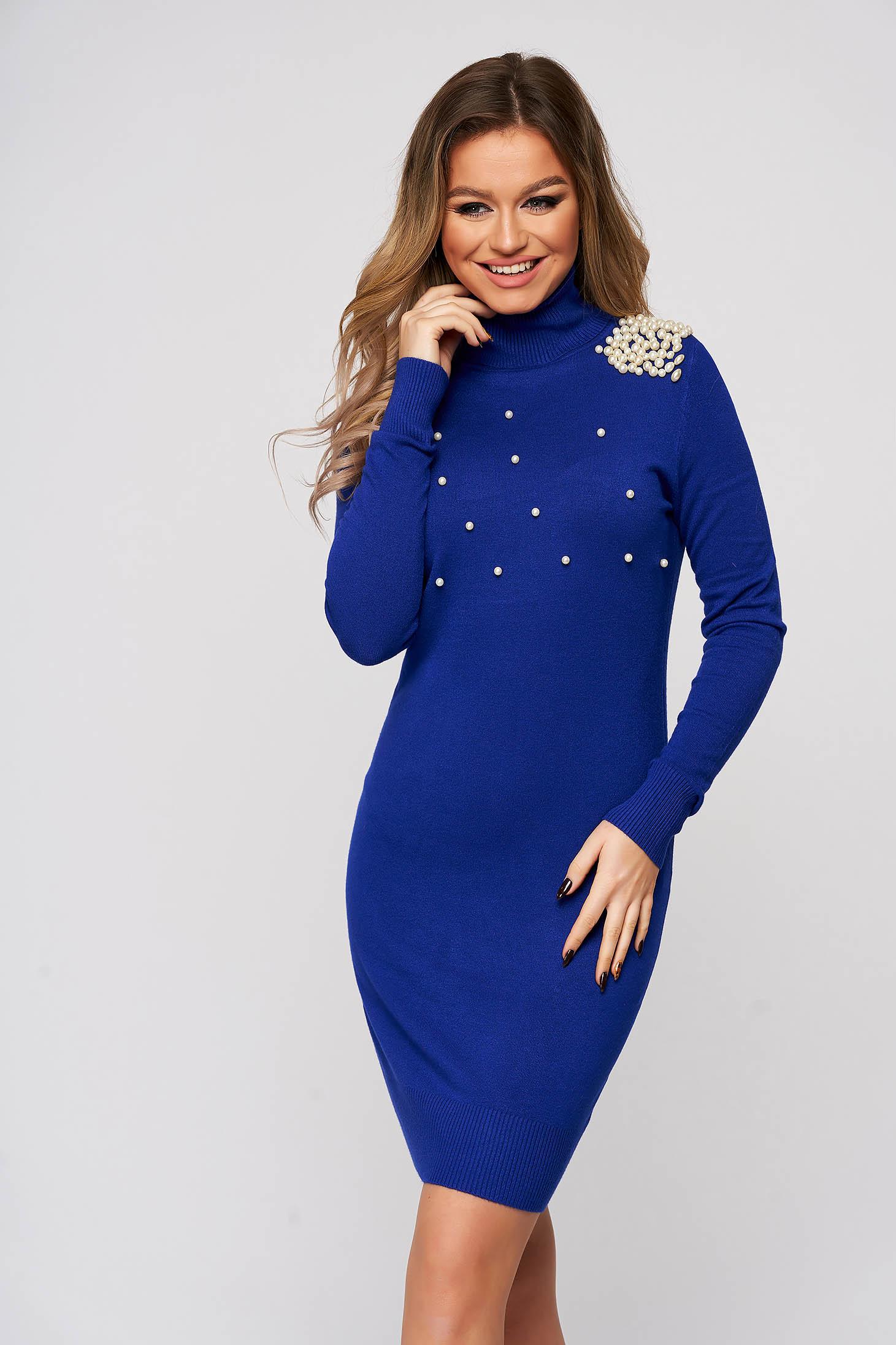 Rochie albastra tricotata, scurta, cu un croi mulat si aplicatii cu perle