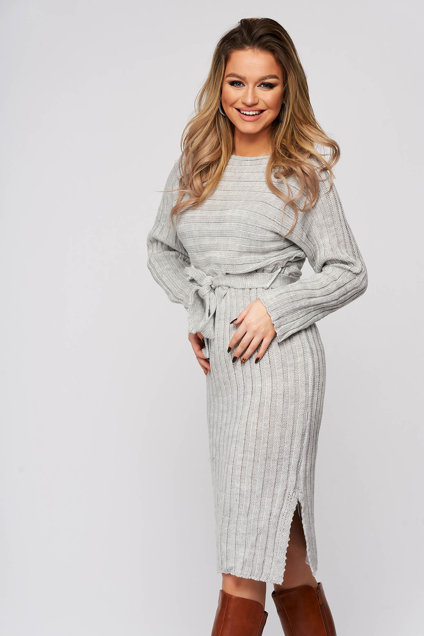 Rochie gri din tricot subtire, elastic, reiat, accesorizata cu cordon