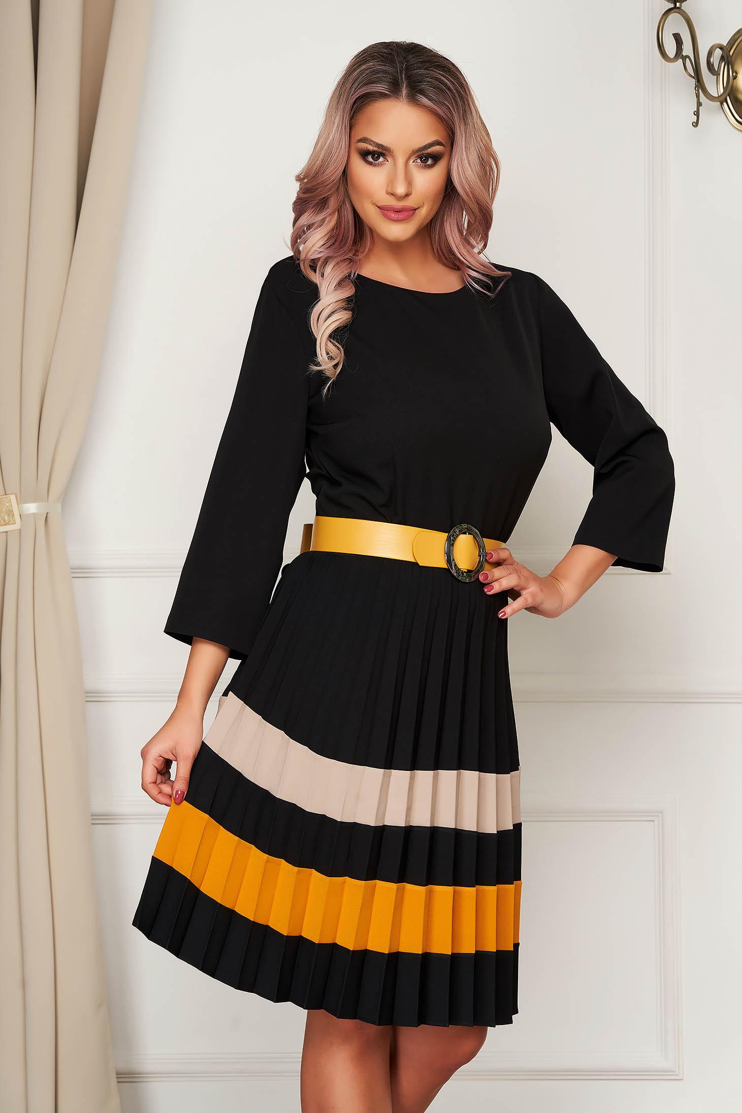 Rochie office negru cu galben, din stofa usor elastica, in clos, plisata, cu curea